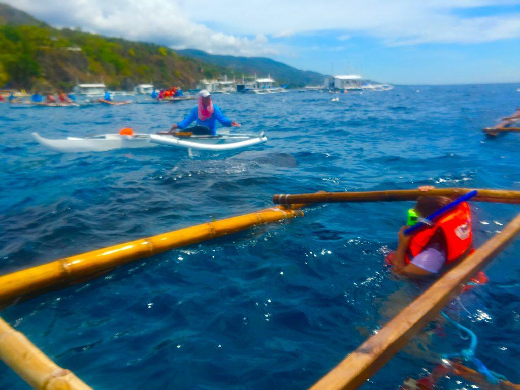 現実はこんな感じ。船のバランスをとるための竹の部分を掴んで流されないように浮かびながらシュノーケリング。