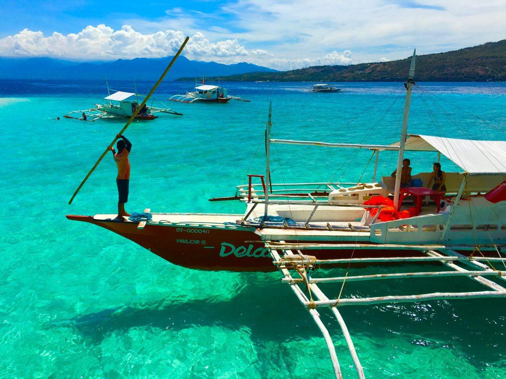 スミロン島は水が透明すぎて船が浮かんで見えるほど。