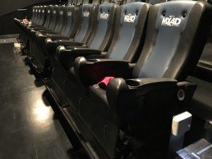 座席はこんな感じ。4つで1つのブロックになっているので、ペアで行けば肘かけ争奪戦争は起こりにくい
