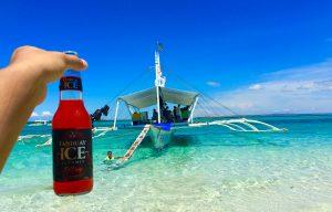 晴れた空と青い海とぶっ飛んど色の飲み物と。