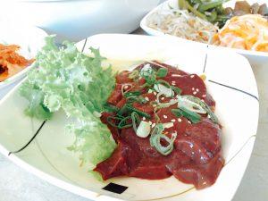 レバ刺し。日本ではなかなか食べられなくなりましたね。
