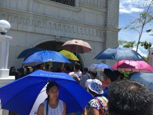すごい列。さすがにみんな日傘差してる。