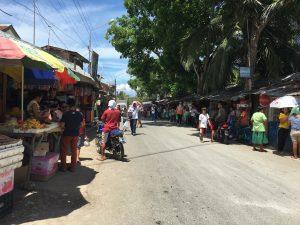 シマラ教会周辺。いくつもお店があってお土産などを売ってる。