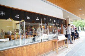 参道にある梅ヶ枝餅屋さん。たくさんある